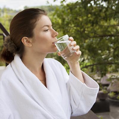 frau trinkt heilwasser